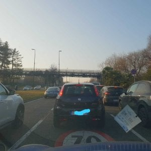 Auto si ribalta alla rotonda Maroncelli code di un'ora per uscire da Torino