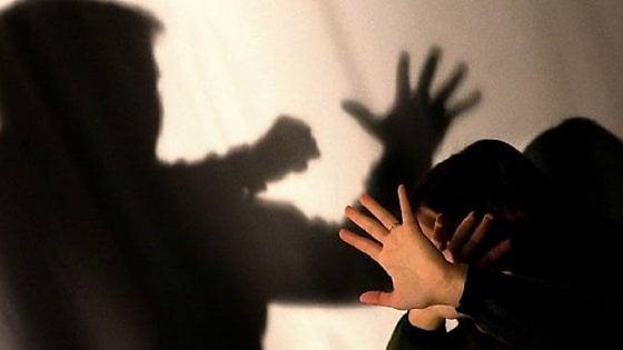 Torino, picchia la compagna davanti alle figlie: lei scappa sul pianerottolo, lui finisce in manette
