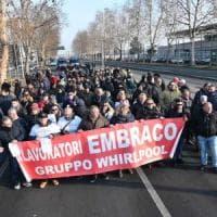 I lavoratori dell'Embraco si incatenano davanti alla sede della Whirlpool: