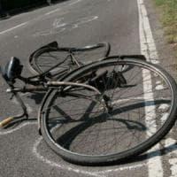 Venaria, ciclista di 92 anni travolto da un'auto che non rispetta lo stop: