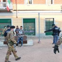 """Barriera di Milano, arriva l'esercito per sciogliere gli assembramenti: """"Andate a casa"""""""