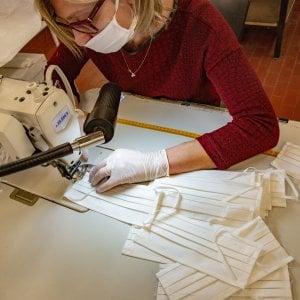 Coronavirus, le aziende che cambiano la produzione per realizzare mascherine