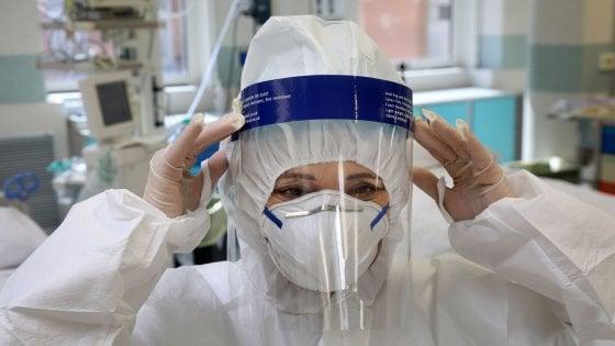 """Torino, lo sfogo dell'infermiera: """"Ho visto una figlia dire addio alla madre per telefono, questo virus spegne i legami"""""""