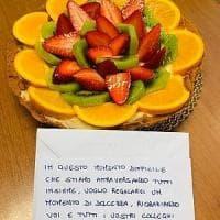Coronavirus, a Torino una torta di frutta alla polizia: