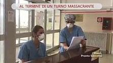 """Ospedale di Rivoli, il fine turno di due infermiere: """"Imagine"""" al pianoforte"""