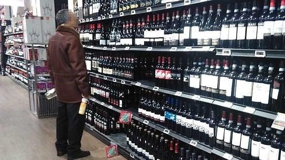 """Coronavirus, multato perché al supermercato compra solo bottiglie di vino: """"Non sono beni necessari"""""""