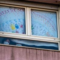 """""""Andrà tutto bene"""": le finestre dell'ospedale infantile di Torino tappezzate dai disegni dei bambini"""