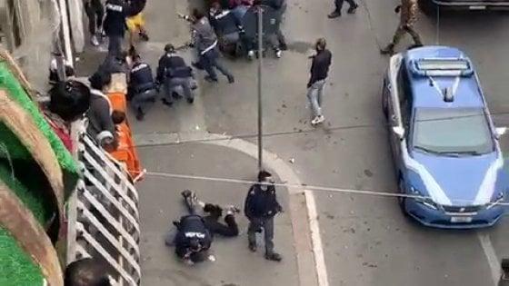 Torino, tafferugli e tensioni in corso Giulio: gente inveisce contro i poliziotti che arrestano rapinatori
