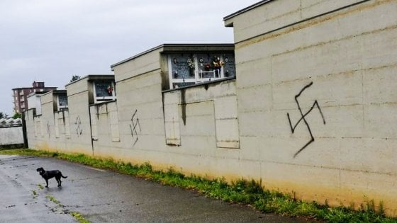 Raid neonazista a Beinasco, svastiche sul cimitero alla vigilia del 25 Aprile