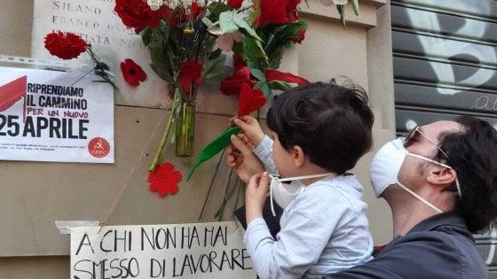 """Torino, il coronavirus non ferma il 25 Aprile: """"mini-cortei"""" delle famiglie alle lapidi partigiane"""