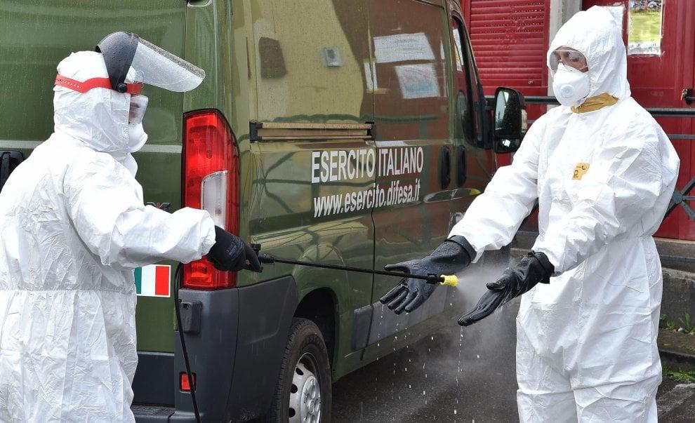 L'esercito sanifica il centro per i senza tetto di via Reiss Romoli