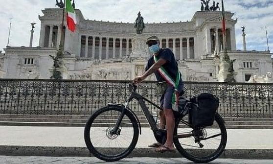 """Il sindaco arrivato a Roma in bici incontra Conte: """"Volevo restituirgli i 600 euro, ne abbiamo donati 1200 alla Croce Rossa"""""""