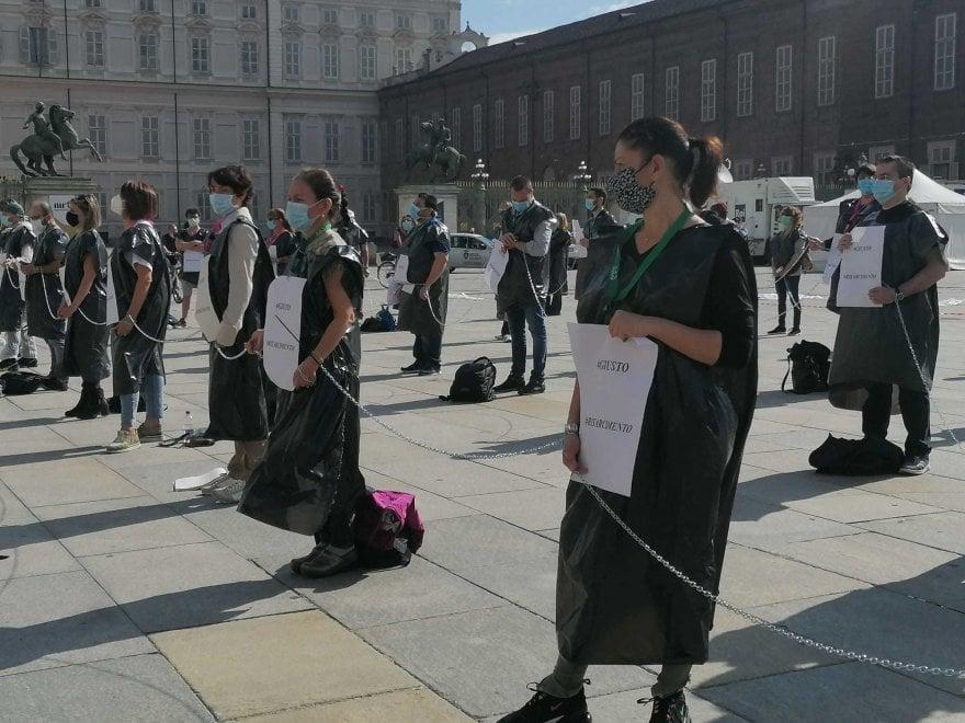 """A Torino gli infermieri si incatenano: """"Siamo eroi dimenticati"""""""