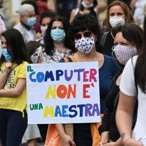 """Torino, piazza Castello invasa da genitori e insegnanti: """"Priorità alla scuola"""""""