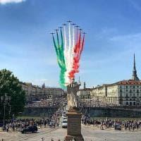 Frecce tricolori su Torino per celebrare la ripresa dopo il coronavirus: ma per ammirarle si affollano in migliaia