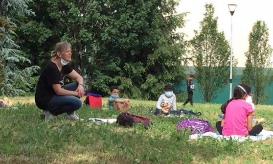 """Biella, i maestri """"ribelli"""" fanno lezione al parco: """"Che emozione rivedere gli alunni"""""""