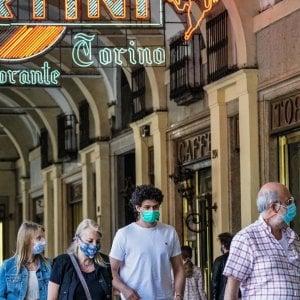 Da oggi mascherina obbligatoria in tutti i centri abitati del Piemonte anche all'aperto
