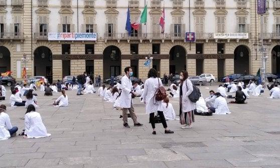 """Torino, i medici specializzandi scendono in piazza: """"Vogliamo più tutele"""""""