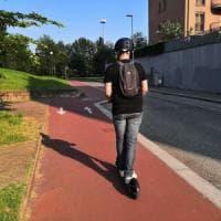 Viaggio in monopattino nel cuore di Torino, tra insidie e disagi del traffico