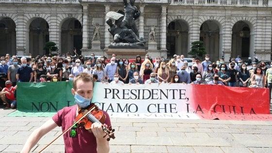 "Teatro Regio, i coristi intonano il ""Va, pensiero"" davanti al Comune: ""Un commissario? Volete punirci"""