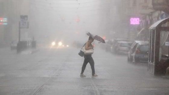 """Maltempo, """"bomba"""" di grandine e pioggia su Torino: allagamenti e traffico bloccato"""