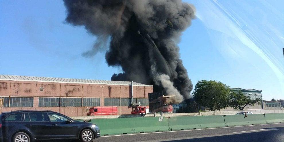 Vasto incendio alla Pilkington, la colonna di fumo oscura il cielo di Settimo