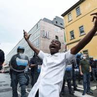 """""""Black lives matter"""": scene da un corteo contro il razzismo strisciante"""