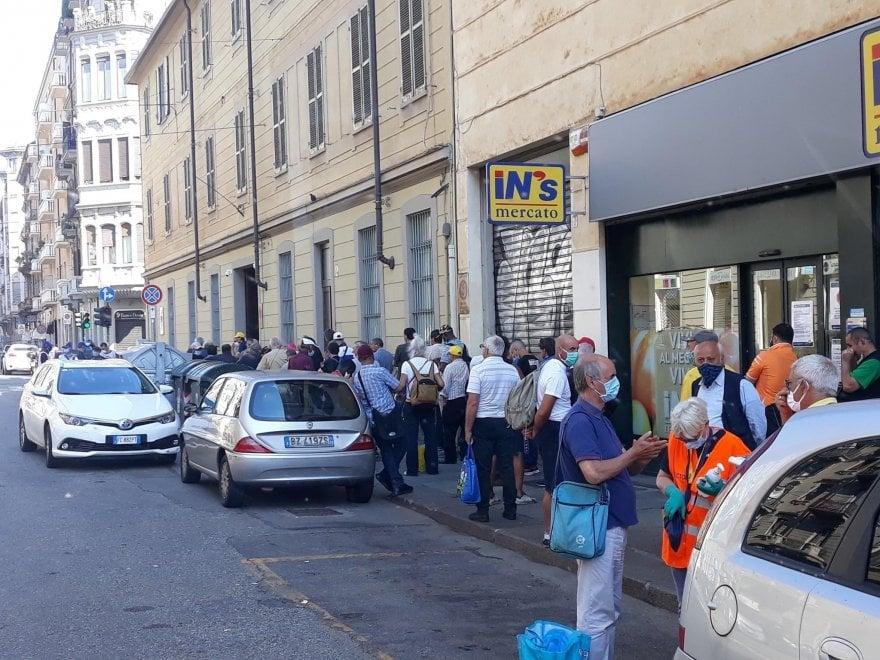 Ore 9,45: tutti in coda per un piatto alla mensa della San Vincenzo di Torino