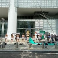 """La protesta green sotto il grattacielo Intesa: """"Stop ai finanziamenti ai combustibili fossili"""""""