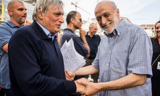 Don Ciotti e Petrini in campo per difendere i migranti raccoglitori di frutta di Saluzzo