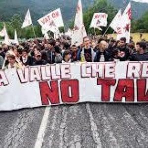 No Tav protestano ad Avigliana davanti all'albergo dove alloggiano  le forze  dell'ordine
