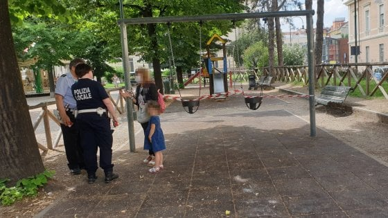 """""""Fuori i bambini, qui è pericoloso"""": l'area giochi dell'Aiuola Balbo sgomberata all'improvviso dai vigili"""