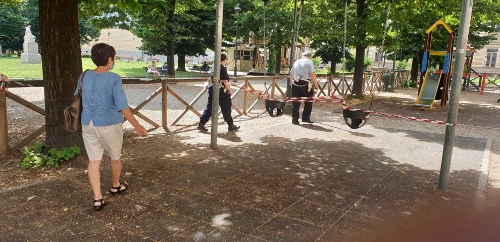 """Nastri su altalene, scivoli, recinzioni: l'area giochi dell'Aiuola Balbo è all'improvviso """"pericolosa"""""""
