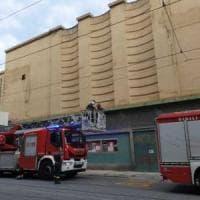 Piazza Sabotino, cornicione del cinema Eliseo cade sul marciapiede da 12