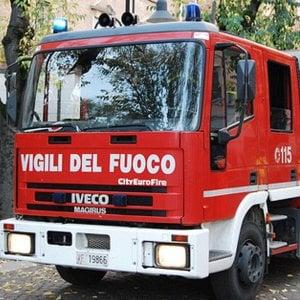 Autocarro precipita per cinquanta metri nel burrone a Pragelato, morto il camionista