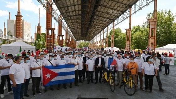 """Torino, in trecento per il saluto alla brigata cubana di medici: """"Gracias, amigos"""""""
