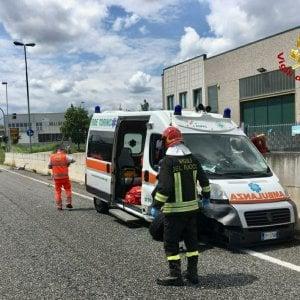 Ambulanza con ferito e a sirene spiegate brucia il rosso: scontro al semaforo con un'auto