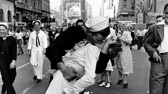 Tonificante e benefico, tutte le virtù del bacio ritrovato dopo la pandemia