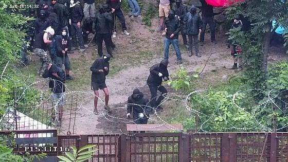 """No Tav, via alla """"tre giorni di lotta"""" in Val di Susa: assalto al cantiere, 100 bombe carta e poliziotto ferito"""