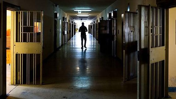Torino, botte e umiliazioni ai detenuti: 25 indagati tra cui il direttore, contestato per la prima volta il reato di tortura