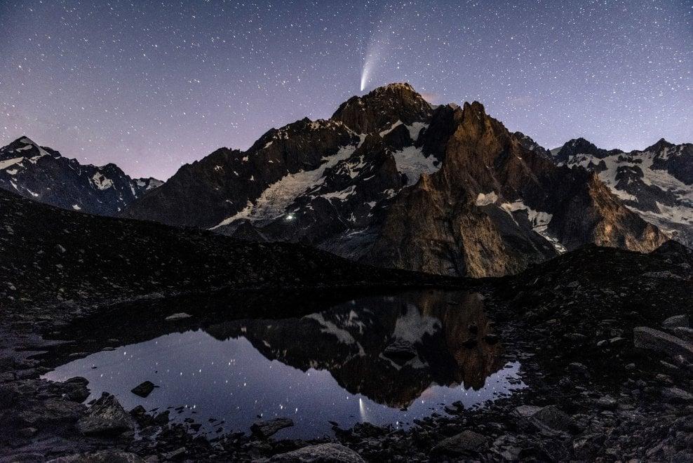 Neowise, la cometa accarezza il Monte Bianco: l'incontro è da sogno