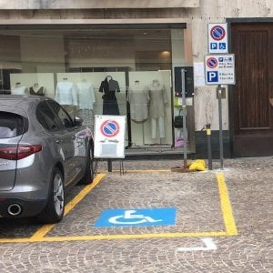 Il parcheggio per disabili sparisce per far spazio al dehors del ristorante