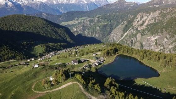 """Val d'Aosta, il paesino che da 70 anni rifiuta la strada asfaltata: """"Stiamo bene così, a misura d'uomo e di natura"""""""