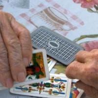 Biella: giocano a carte senza mascherina, il Comune chiude il centro per