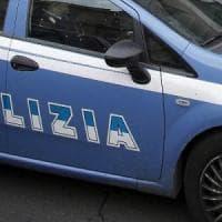 Finge di ordinare la pizza, ma chiama la polizia e fa arrestare il compagno