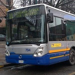 Torino, cade sul bus e batte la testa: anziana muore dopo oltre un mese di agonia