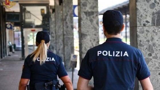 """Torino, danneggiano un treno e si scusano con i poliziotti : """"Prendeteci a calci nel sedere"""""""