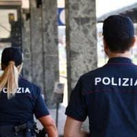 Torino, danneggiano un treno e si scusano con i poliziotti :