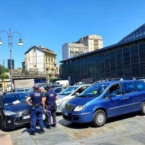 Torino,  i vigili smantellano l'attività di 11 taxi abusivi di Porta Palazzo