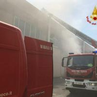 Incendio devasta un panificio industriale in strada del Francese, l'ombra